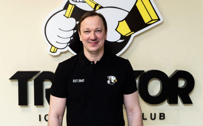 Pēteris Skudra Čeļabinskas kluba ofisā pēc līguma parakstīšanas.