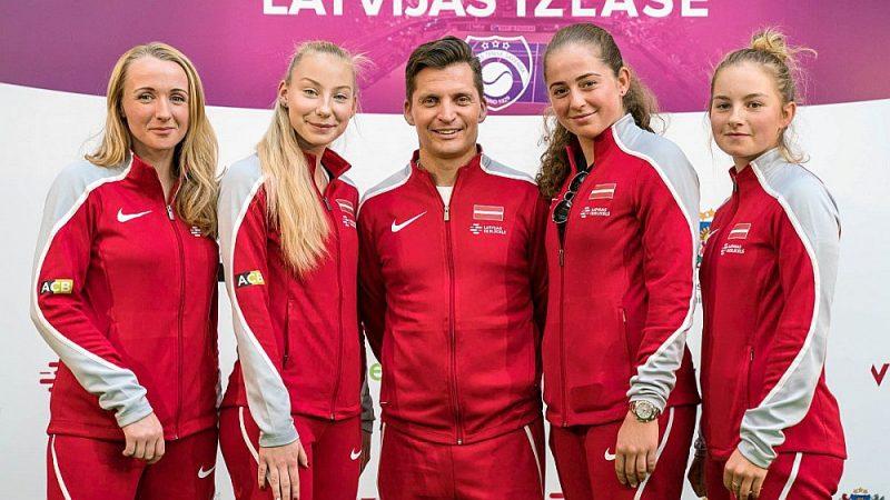 Latvijas komanda mačam pret Vācijas tenisistēm. No kreisās – Diāna Marcinkēviča, Patrīcija Špaka, komandas kapteinis Adrians Žguns, Aļona Ostapenko un Daniela Vismane.