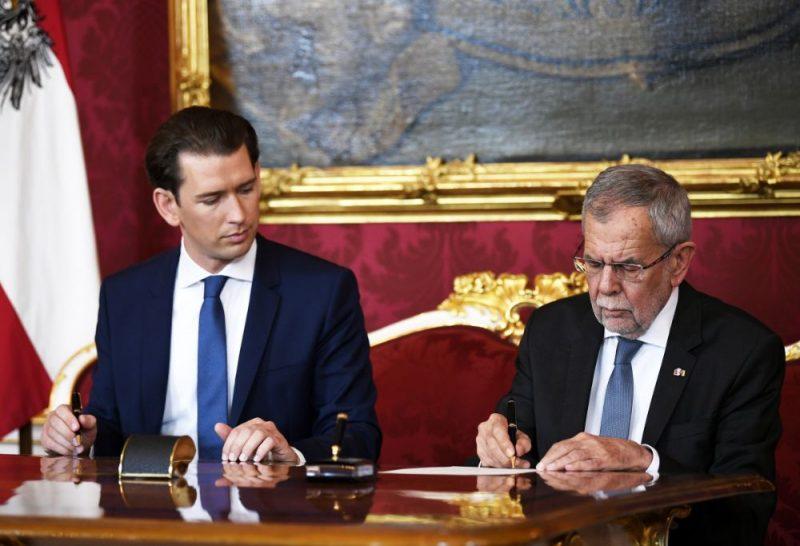 Austrijas kanclers Sebastians Kurcs (foto – no kreisās) un Austrijas prezidents Aleksandrs van der Bellens.