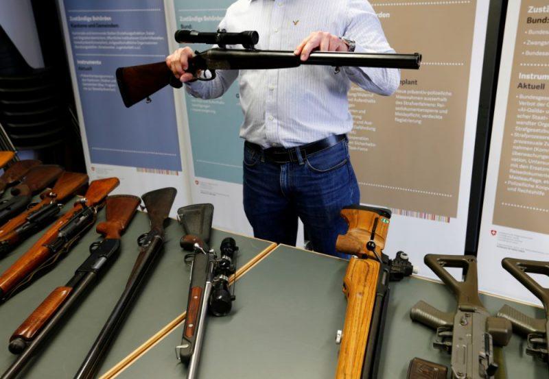 Šobrīd nav īsti zināms, cik daudz ieroču Šveicē ir apgrozībā, jo ieroču reģistrācija notiek kantonu līmenī, un nacionālā ieroču reģistra valstī nav.