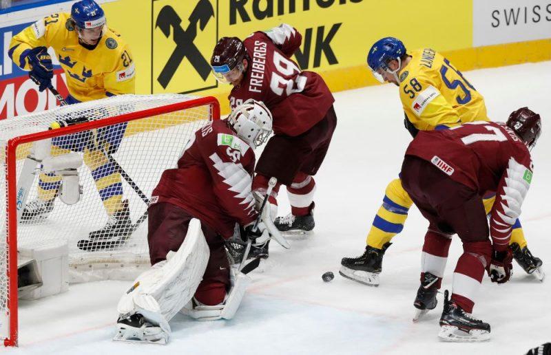 Latvijas hokeja izlase cīnās pret Zviedriju.