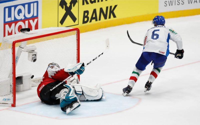 """Itālijas izlases hokejists Šons Makmoneigls realizē """"bullīti"""", kas komandai nodrošināja palikšanu elites divīzijā."""