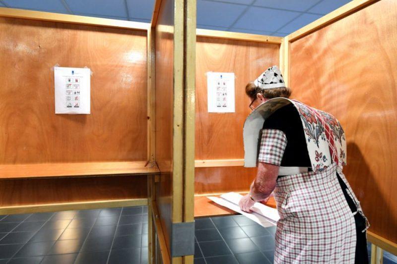 Sieviete tautas tērpā balsi EP vēlēšanās Nīderlandē.