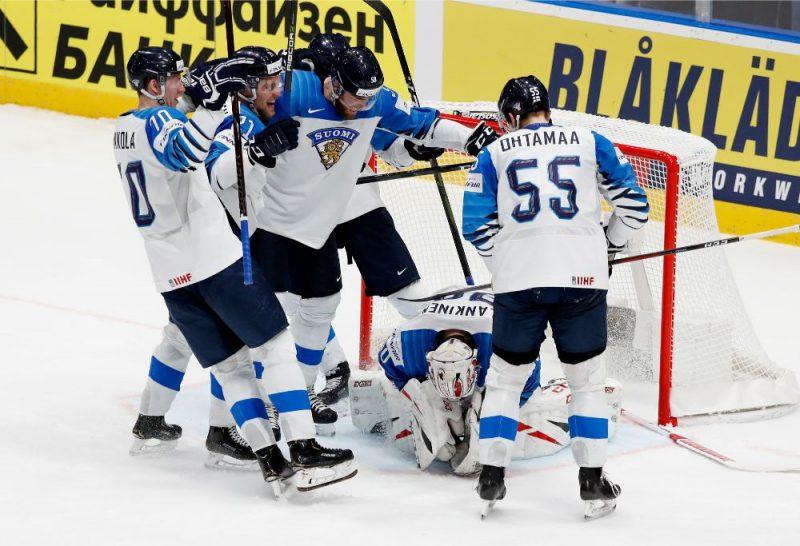Somijas izlases hokejisti līksmo pie mača varoņa – Kevina Lankinena sargātajiem vārtiem.