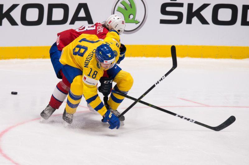 Markuss Petersons (priekšplānā) spēlē pret Norvēģiju.