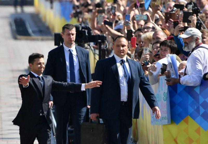 Jaunais Ukrainas prezidents Volodimirs Zelenskis pirmdien tūlīt pēc stāšanās paziņoja par valsts parlamenta atlaišanu, kā arī ierosinājis valdībai demisionēt.