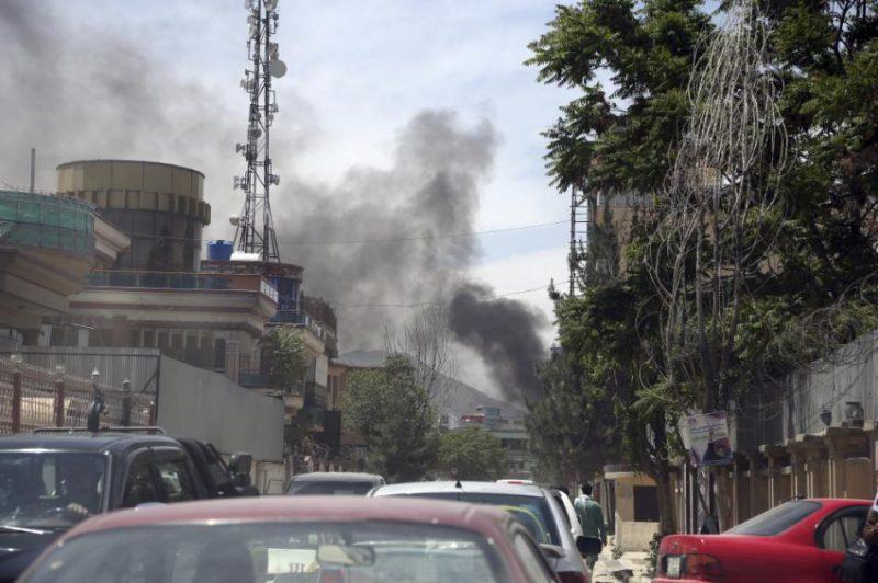 Policija ir aplenkusi teritoriju un cenšas likvidēt uzbrucējus.