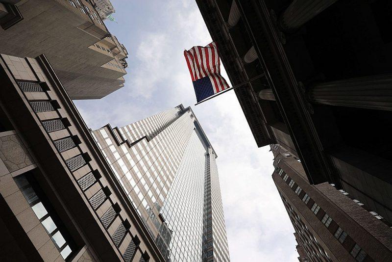 """ASV prezidents Donalds Tramps un viņa ģimenes locekļi ir iesūdzējuši tiesā """"Deutsche Bank"""" Ņujorkas filiāli (attēlā: tās galvenā mītne Volstrītā), lai mēģinātu bloķēt bankas dokumentu izdošanu Kongresa komisijai."""