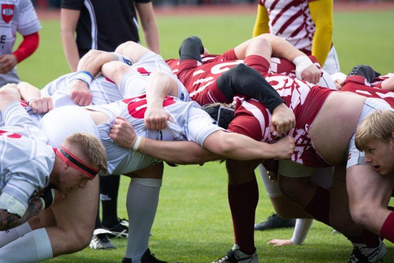 Latvijas regbija izlases spēlētāji (no labās) spēka cīņā pret dāņiem.