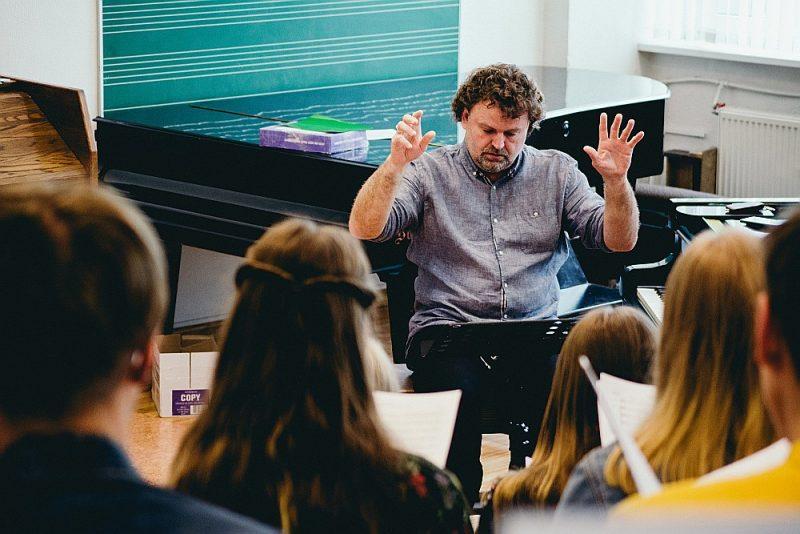 Meistari un jaunie mākslinieki diriģenta Mārtiņa Klišāna vadībā mēģina kopā, jo rītvakar uz Ķīpsalas halles skatuves gaidāmas interesantas un radošas satikšanās.