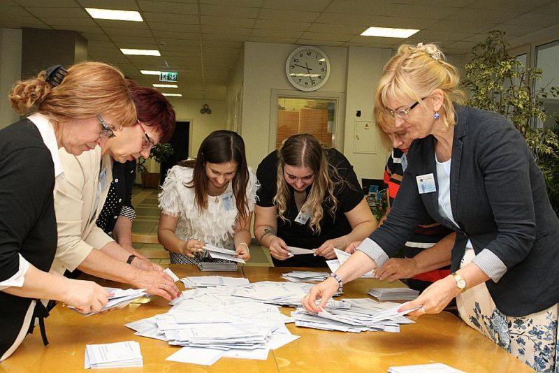 Rīgas 74. vēlēšanu iecirknī balsu skaitīšana sākās tūlīt pēc vēlēšanu iecirkņa slēgšanas. Vēlēšanu kastes atver pa vienai un vispirms saskaitīja derīgās vēlēšanu aploksnes.