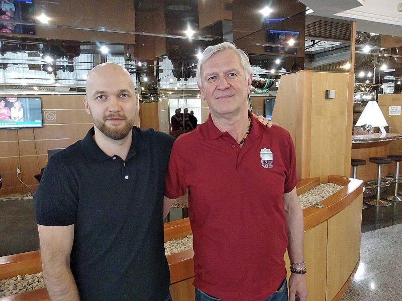 Tomašs Tomīks (no labās) atradis kopīgu valodu ar Latvijas izlases delegāciju, tostarp preses sekretāru Edgaru Garosu.