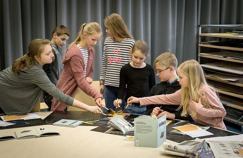 """Latvijas Nacionālajai bibliotēkai """"Latvijas skolas somā"""" ir viens no plašākajiem un daudzpusīgākajiem piedāvājumiem – 19 programmas. Attēlā – nodarbība """"Ja es būtu grāmata""""."""