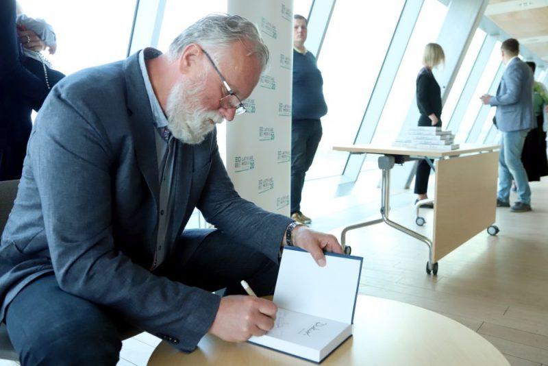 """Dainis Dukurs grāmatas """"Dukuri. Ledus karaļi dzīvē"""" atvēršanā Latvijas Nacionālajā bibliotēkā."""
