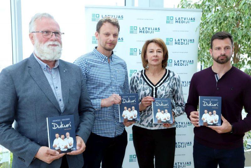 """Grāmatas """"Dukuri. Ledus karaļi dzīvē"""" atvēršana Latvijas Nacionālajā bibliotēkā"""