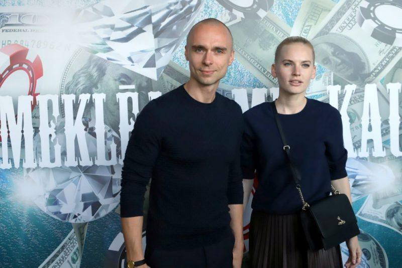 Mūziķis Dons kopā ar modeli Madaru Mālmani apmeklē Kaspara Rogas filmas pirmizrādi.