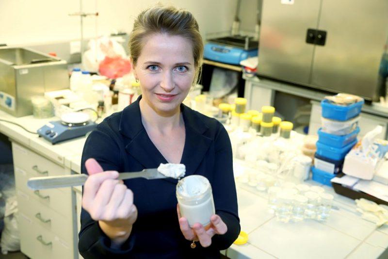 """SIA """"Alina"""" valdes priekšsēdētāja Solvita Kostjukova: """"Lai ierobežotu krāsu piesārņojumu ar mikroorganismiem, izmanto toksiskus biocīdus, taču veselības apsvērumu dēļ Eiropā ir stājušies spēkā ierobežojumi to lietošanai un līdzīga tendence ir pasaulē. Šobrīd mūsu ražotie organomāli ir pasaulē vienīgā ekoloģiski sertificētā krāsu piedeva, kas spēj aizstāt biocīdus."""""""