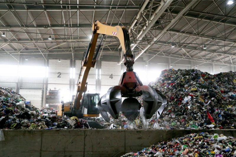 """Getliņu atkritumu šķirošanas rūpnīca poligona """"Getliņi EKO"""" teritorijā."""