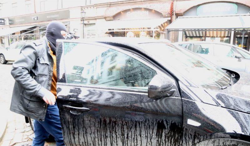 """Korupcijas novēršanas un apkarošanas biroja automašīna, ar kuru tika aizvesta Rīgas tūrisma attīstības biroja valdes (RTAB) locekle un partijas """"Gods kalpot Rīgai"""" valdes locekle Vita Jermoloviča pēc kratīšanas RTAB telpās saistībā ar uzsākto kriminālprocesu pret Rīgas domes nodibinājuma """"Rīgas Tūrisma attīstības birojs"""" amatpersonām par budžeta līdzekļu izšķērdēšanu, dokumentu viltošanu, viltotu dokumentu izmantošanu un krāpšanu."""