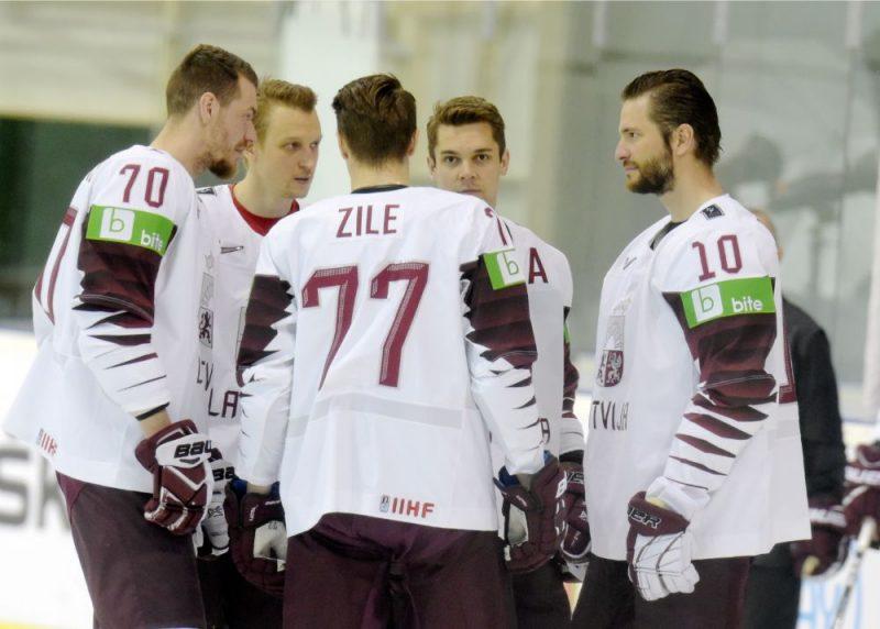 Latvijas hokejisti vakar pirms oficiālās fotografēšanās.