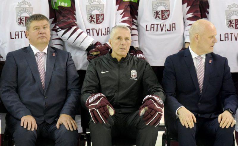Bobs Hārtlijs (centrā) ar Latvijas hokeja stūresvīriem Aigaru Kalvīti un Viesturu Koziolu.
