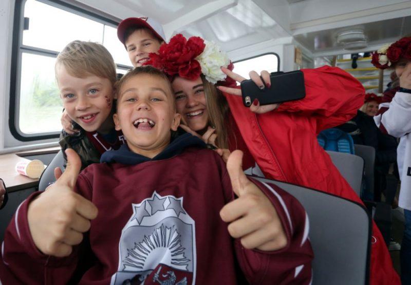 Latvijas hokeja fani uz kuģīša.