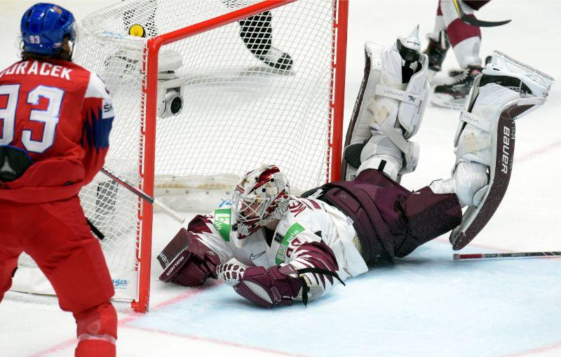 Latvijas izlases vārtsargs Elvis Merzļikins darbībā.