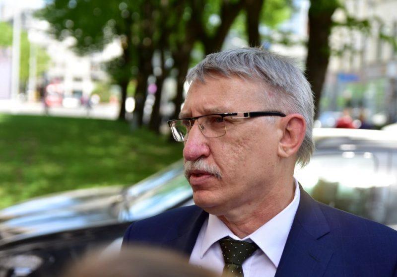 Ģenerālprokurors Ēriks Kalnmeiers atbild uz žurnālistu jautājumiem pēc tieslietu ministra paziņojuma, izvērtēt viņa atbilstību ģenerālprokurora amatam.