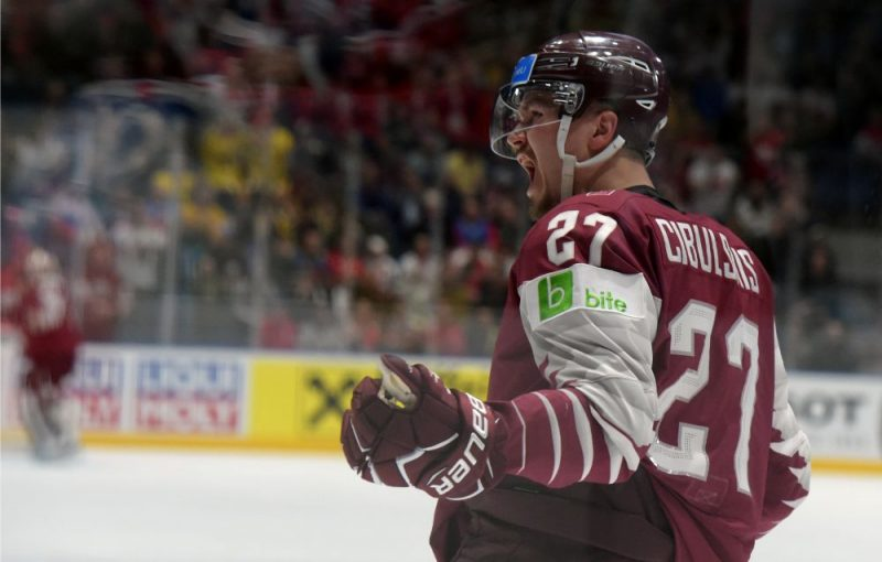 Oskars Cibuļskis līksmo par gūtajiem vārtiem, tobrīd Latvijas izlasi pret krieviem izvirzot vadībā ar 1:0.