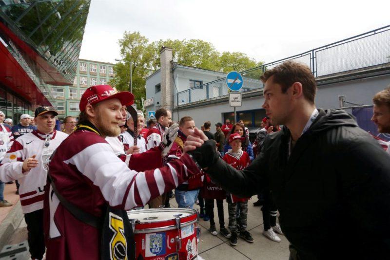 Kristaps Sotnieks (no labās) ar Latvijas izlases atbalstītāju.