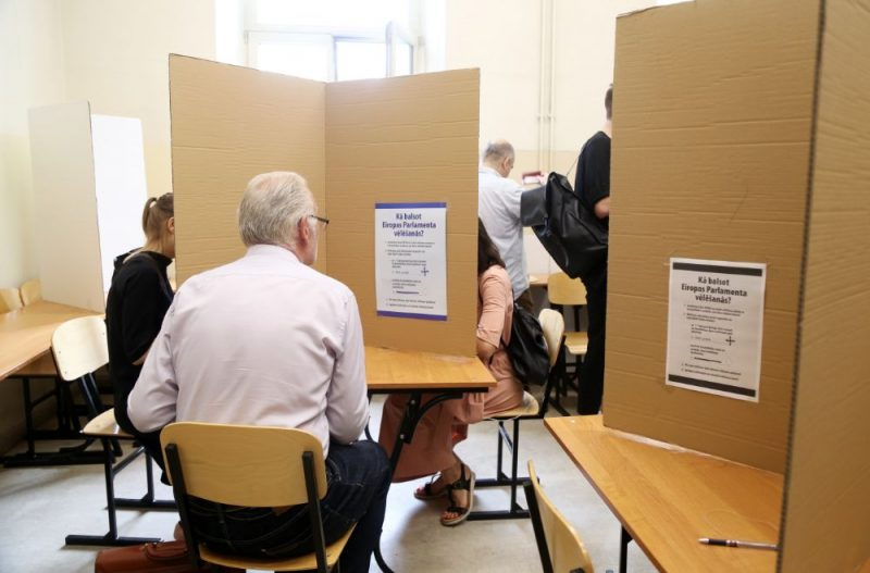 Cilvēki ieradušies nodot savas balsis iepriekšējā balsošanā Eiropas Parlamenta vēlēšanās, 22.05.2019.
