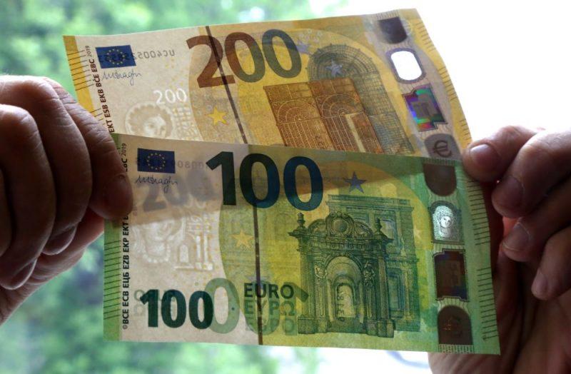 Informē par jaunās sērijas 100 un 200 eiro banknotēm.