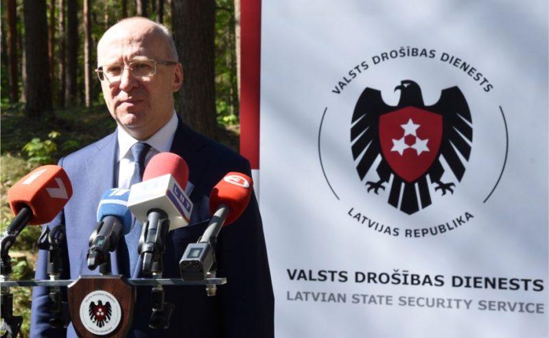 """Valsts drošības dienesta (VDD) priekšnieks Normunds Mežviets piedalās preses konferencē VDD organizēto pretterorisma mācību """"Pūlis 2019"""" laikā Mežaparkā."""