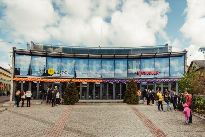 """Investējot 1,4 miljonus eiro ēkas iegādē un telpu modernizācijā ,""""Hesburger"""" Liepājā atver trešo ēdināšanas vietu"""