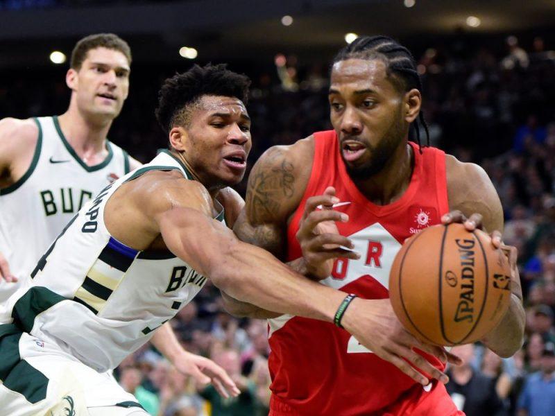 NBA zvaigznes – Kavai Lenards (no labās) pret Janni Adetokunbo.