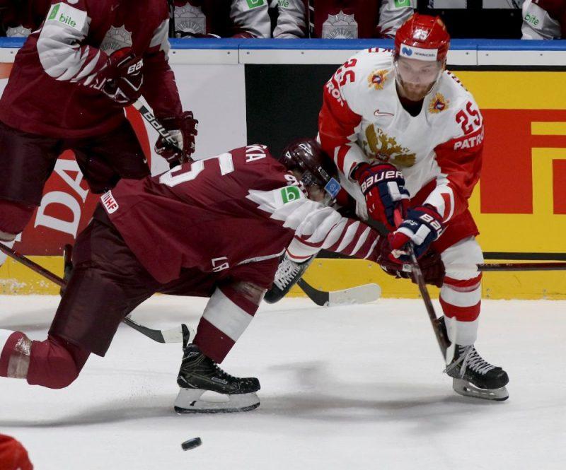 Oskars Batņa (no kreisās) pret Krievijas izlases spēlētāju Mihailu Grigorenko.