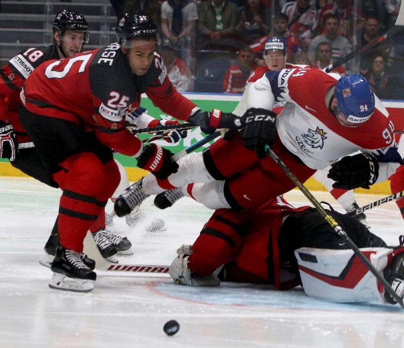 Kanādas hokejisti pusfinālā bez lielām problēmām nolika čehus uz ledus.