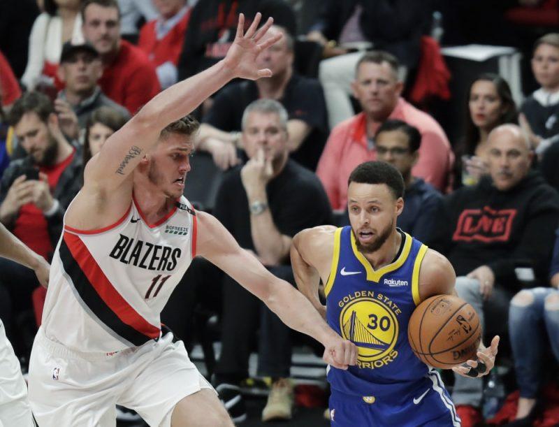 """Stefens Karijs (pa labi) un """"Warriors"""" piekto gadu pēc kārtas spēlēs NBA finālā."""