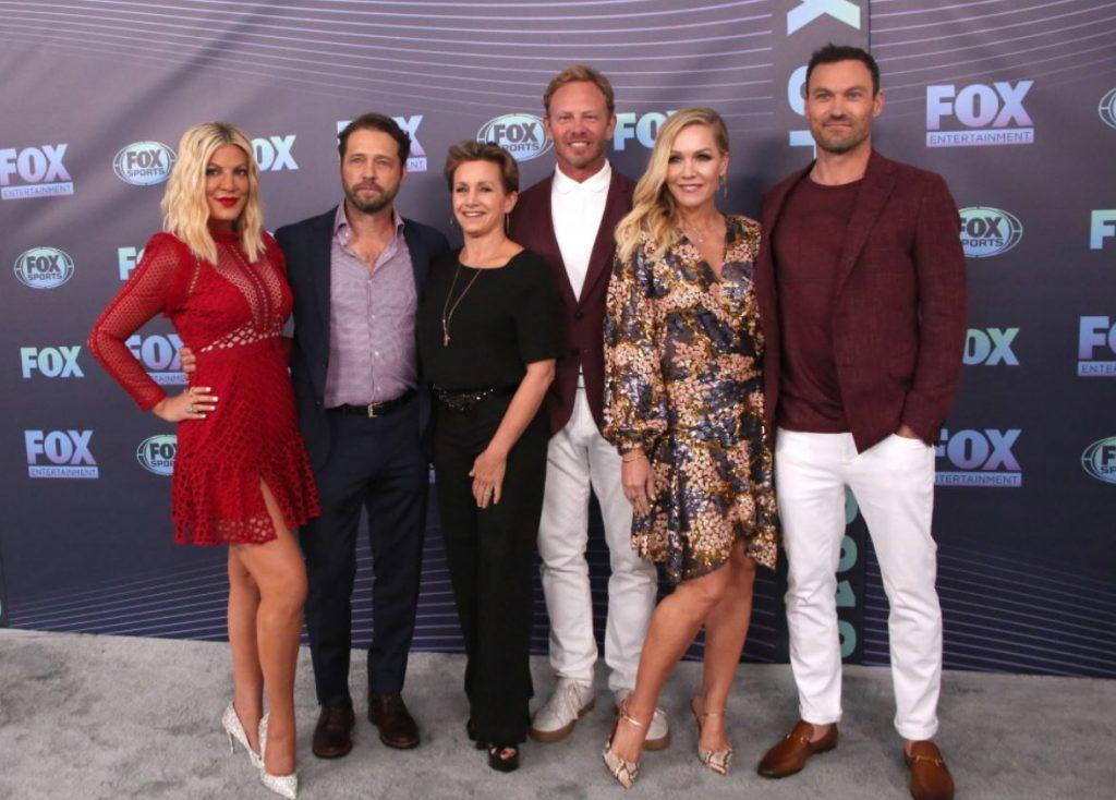 """Kulta seriāla """"Beverlihilsa 90210"""" aktieri gandrīz pilnā sastāvā pirms dažām dienām, Ņujorkā."""