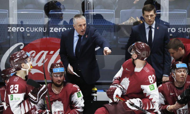 """Bobs Hārtlijs """"diriģē"""" Latvijas hokejistus."""