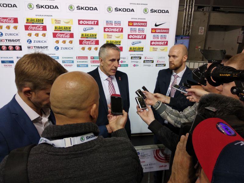 Bobs Hārtlijs žurnālistu ielenkumā pasaules čempionātā Bratislavā.