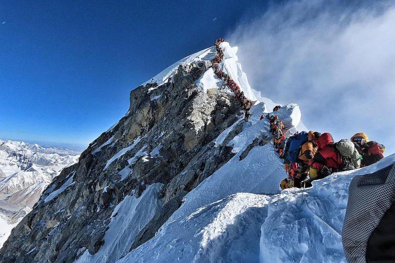 Aizvadītajā nedēļā, iestājoties labvēlīgākiem laikapstākļiem, vairāki simti alpīnistu drūzmējās pēdējā posmā uz virsotni, bet vismaz astoņi zaudēja dzīvību no sala un skābekļa trūkuma, tajā skaitā vairāki, jau dodoties lejup.