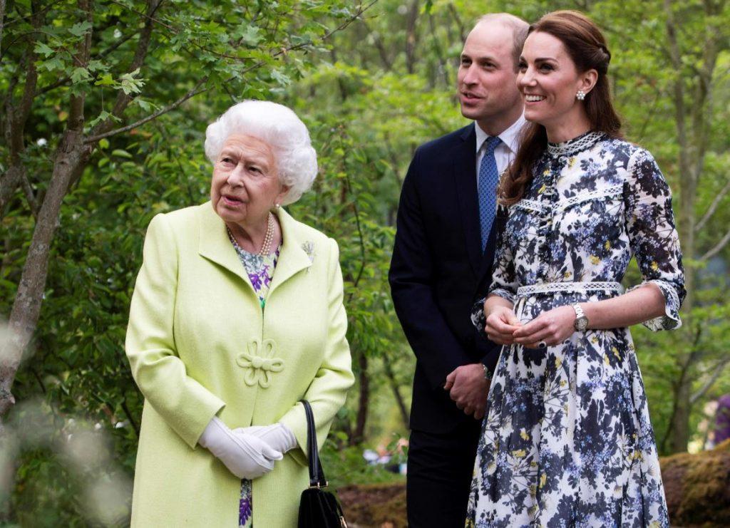 Keita Midltone iepazīstina karalieni Elizabeti ar padarīto darbu Londonas Čelsijas ziedu šovā.