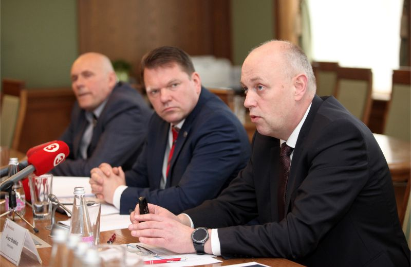 """VAS """"Latvijas dzelzceļš"""" valdes loceklis Ēriks Šmuksts (no kreisās), valdes priekšsēdētājs Edvīns Bērziņš un valdes loceklis Aivars Strakšas piedalās preses konferencē, kurā informē par uzņēmuma aktualitātēm."""