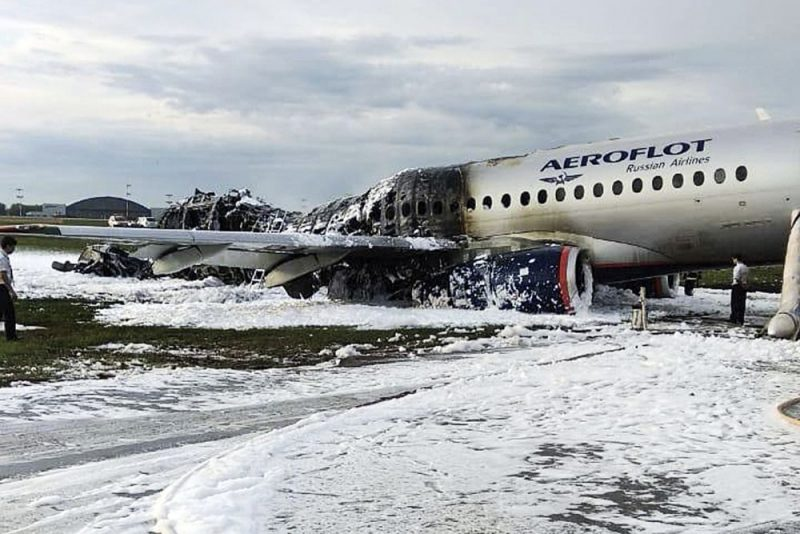 """5. maijā pēc nolaišanās Šeremetjevas lidostā aizdegās krievu ražojuma """"Sukhoi Superjet 100""""."""