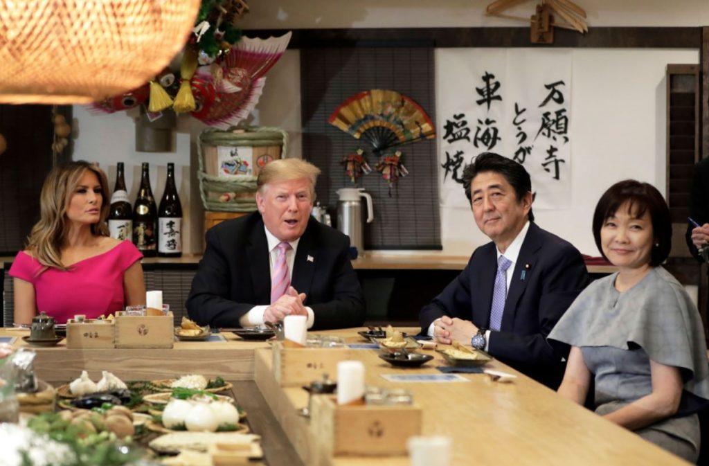 """Melānija Trampa vizītē Japānā, tērpusies zīmola """"Roland Mouret"""" kleitā."""