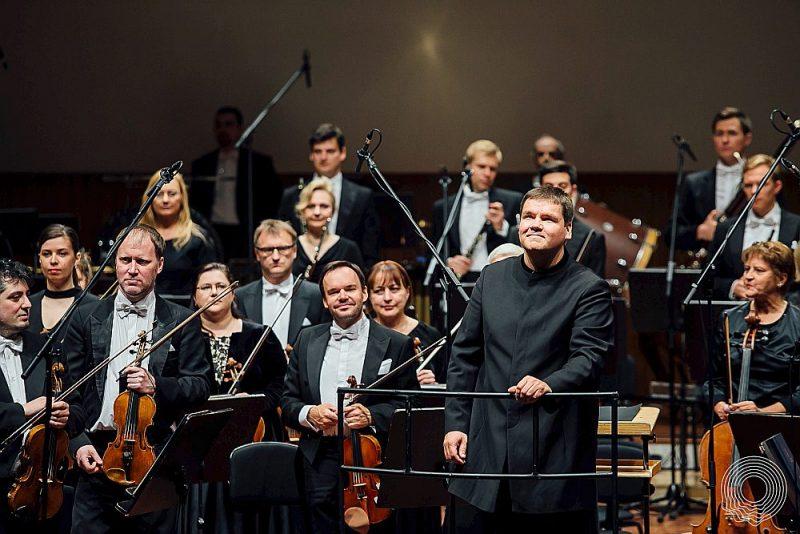 Viļņa Šmīdberga simfonija koncerts aktualizēta pēc LNSO mākslinieciskā vadītāja Andra Pogas (centrā) iniciatīvas.