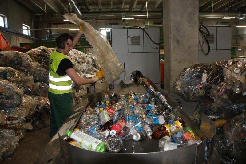 Iepakojums no visiem depozīta iepakojuma savākšanas punktiem, kas atrodas pie mazumtirgotājiem, tiek nosūtīts uz centru Tallinā, kur tiek veikta uzskaite, šķirošana un sagatavošana pārstrādei.