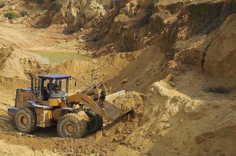 Retzemju metālu ieguve raktuvē Dzjaņsi apgabalā Ķīnā.