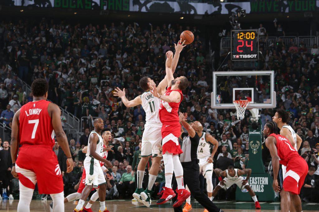 """""""Raptors"""" basketbolisti (sarkanajās formās) bija pārāki par """"Bucks"""" un spēlēs NBA finālā."""